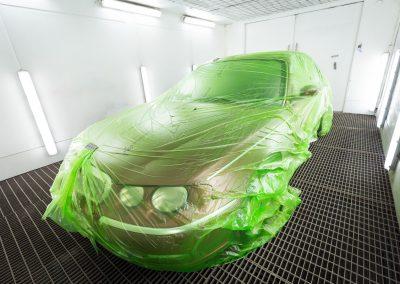 Auto maalaamossa
